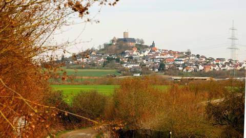 Die Burg immer Blick: Der  Weg bietet herrliche Aussichten. Foto: Gießen Marketing