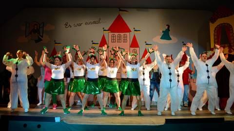 Mit ordentlich Rhythmus im Blut locken die Tanzformationen auch den letzten märchenresistenten Besucher aus der Versenkung.  Foto: Buchhammer