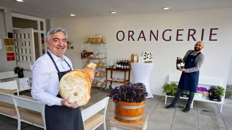 Es muss nicht gleich der ganze Schinken sein, den Pasquale Carroccia hält: In der Orangerie gibt es Feinkost zum Mitnehmen. Foto: Sascha Kopp