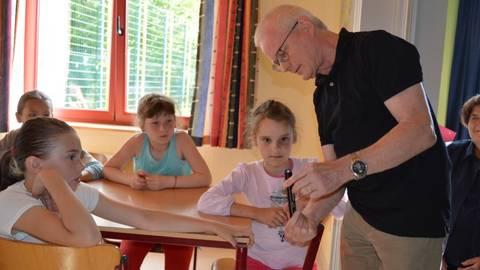 Große Freude an kleinen Geschenken: Die weißrussischen Kinder waren fasziniert von den LED-Taschenlampen, die Stadtverordnetenvorsteher Hans-Dieter Herget als Gruß der Stadt übergab.Foto: Maresch  Foto: Maresch