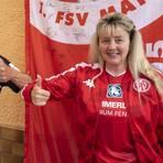 In Derby-Stimmung sind die Fußballfans Gerhard Reichmann und Maria Hauf-Nauth. Foto: hbz/Sämmer