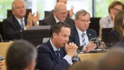 Nachdenklich verfolgt der FDP-Fraktionsvorsitzende Florian Rentsch die Landtagssitzung. Der 42-Jährige trat am Mittwoch letztmalig im Parlament auf.Foto: dpa  Foto: dpa