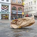 Statt im Mülleimer landet der Abfall seit Beginn der Corona-Pandemie immer häufiger auf dem Boden, so wie hier auf dem Mauritiusplatz in Wiesbaden. Foto: René Vigneron