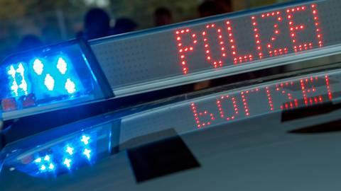 Weil er sich einer Polizeikontrolle in Gießen entziehen wollte, lieferte sich ein junger Mann aus Wetzlar eine wilde Verfolgungsfahrt mit den Beamten. Symbolfoto: dpa