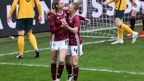 Torjubel: Jule Brand (links) trifft bei ihrem Länderspieldebüt gegen Australien zum zwischenzeitlichen 3:0. Kollegin Leonie Maier (Arsenal London) gratuliert der 18-Jährigen von der TSG Hoffenheim. Foto: Jan Hübner