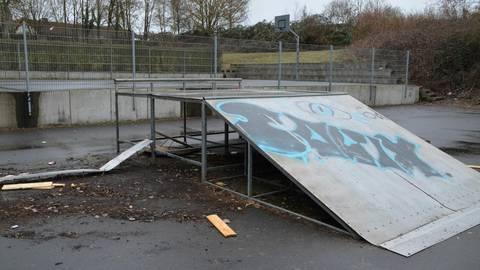 Die Skateranlage ist zerstört, die Rampe verschwunden, die Metallverankerung herausgerissen. Die Gemeinde hat eine Belohnung für Hinweise zu den Tätern ausgesetzt. Foto: Jochen Werner