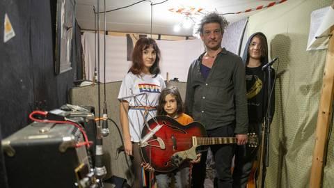 Marco Roberto hat mit seinen Kindern Annarella (l.), Adriano (r.) und Pino (vorn) Musik für Kinder aufgenommen. Foto: hbz/Stefan Sämmer
