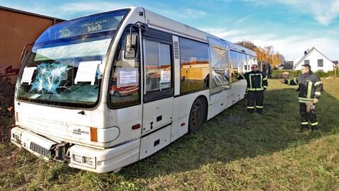Die Mommenheimer Feuerwehrmänner Matthias Weindorf (rechts) und Werner Raab haben den Bus zum Üben organisiert. Foto: hbz / Michael Bahr