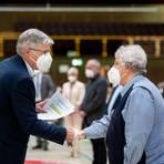 Der neue Kreistagsvorsitzende Joachim Kunkel (links) verpflichtet die frischgebackenen Kreisbeigeordneten, hier Philipp Otto Vock. Foto: Sascha Lotz