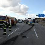 Feuerwehr- und Polizeifahrzeuge stehen nach einem Unfall auf der A66. Nach einem illegalen Autorennen mit drei Fahrzeugen auf der Autobahn 66 mit tödlichem Ausgang fahndet die Polizei weiter nach einem der drei Autofahrer.  Foto: 5vision.media/dpa