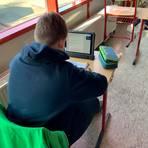 """Digitaler Unterricht mit """"mps2go"""": Ein Schüler der Mittelpunktschule Hartenrod liest die Klassenmitteilungen.  Foto: Karl-Heinz Hedderich"""