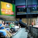 Stimmung im Sitzen: Die HSG-Trommler geben auch ohne die übliche Stehplatz-Garantie in der Wetzlarer Rittal-Arena beim Zuschauer-Testlauf gegen den HC Erlangen alles. Foto: Florian Gümbel