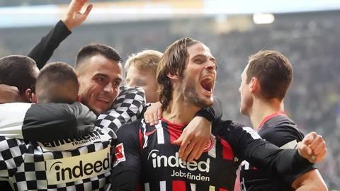 Der Frankfurter Filip Kostic (l.) feiert das 2:0 mit Goncalo Paciencia. Foto: dpa