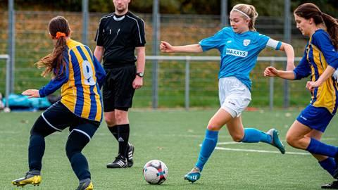 Darf auf die Bundesliga hoffen: Finja Grün (M.) vom FSV Hessen Wetzlar. Foto: Jenniver Röczey