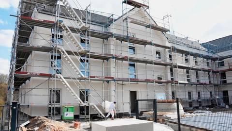 """Noch sind die Bauarbeiten am barrierefreien Projekt """"Wohnen auf der Stadtmauer"""" in Löhnberg in vollem Gange. Das Gerüst wird in den nächsten Tagen abgebaut. Foto: Margit Bach"""