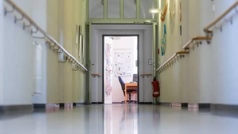 Ein leerer Flur in einer Schule. Wegen der Coronavirus-Krise sind Schulen und Kindergärten geschlossen.  Foto: Armin Weigel/dpa