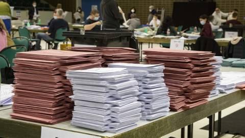 Das Ausmaß des möglichen Betrugs bei der Briefwahl in Rüsselsheim – hier die Auszählung der Stimmen in der Großsporthalle – soll erst einmal festgestellt werden. Archivfoto: Vollformat/Dziemballa