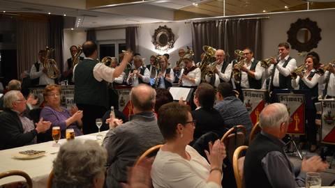 Die Bläser vom evangelischen Posaunenchor Schwarz sorgen im Gasthaus Graulich für Stimmung. Foto: Buchhammer