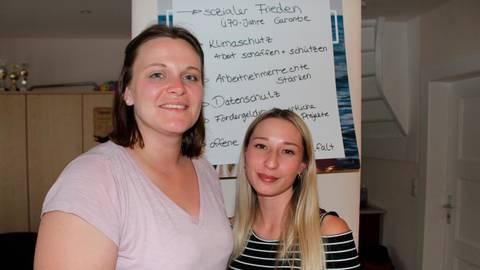 Laura Eckhardt (li.) vom Vorstand des SPD-Ortsvereins Nidda mit Natalie Maurer aus Ober-Lais, die die Ergebnisse der Europawahl analysiert hatte und diese Analyse den Besuchern des jüngsten Dialogabends vorstellte. Foto: SPD Nidda