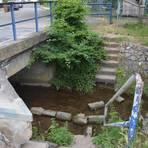 Bei der künstlich angelegten Wasserentnahmestelle der Kleingärtner im Weilbach fließt bei Trockenheit kein Wasser mehr weiter. Deutlich ist die Betonierung der Uferböschung zu erkennen, die einen natürlichen Bachlauf verhindert. Foto: Hildegund Klockner