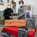 """Die """"Füchse"""" sind ja keine Kostverächter und da hofft Ralph Schüller (r.), auf dem Wochenmarkt Kunden für seine selbstgebrauten Biere zu finden. Helmut Mattig (l.) freut sich über die Bereicherung.  Foto: Mattern"""