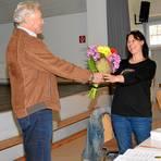 Nicht nur ihre Ernennungsurkunde als Ortschefin überreichte Karl Heil Stephanie Leonhard, sondern auch einen farbenfrohen Blumenstrauß – der ganz gut ankam. Foto: Beate Vogt-Gladigau