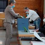 Geheime Wahl: Die Gemeindevertreter - hier Silke Görlich - wählen die Mitglieder des Sinner Gemeindevorstands um Bürgermeister Hans-Werner Bender (rechts vorn). Foto: Katrin Weber