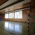Mehrere Fenster sind in der großen Turnhalle zwar vorhanden. Weil die aber nicht ganz geöffnet werden können, ist ein Querlüften zurzeit nicht möglich. Archivfoto: BK/Axel Schmitz