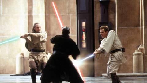 """Jedi-Meister Qui-Gon Jinn (Liam Neeson, l) und Jedi-Lehrling Obi-Wan Kenobi (Ewan McGregor, r) im Kampf mit Lord Darth Maul (Ray Park, M) in der Star Wars-Fortsetzung """"Episode I - Die dunkle Bedrohung"""" des amerikanischen Regisseurs George Lucas. Archivfoto: dpa"""