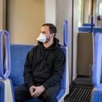 FFP2-Masken ohne Ventil filtern 95 Prozent aller Partikel, mehrschichtige Baumwollmasken halten noch etwa 80 Prozent aller Tröpfchen zurück.  Archivfoto: dpa
