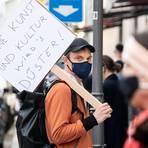 Proteste gegen die Kultur-Zwangspause gab es am Wochenende an vielen Orten – hier ein Schauspieler des Münchner Residenztheaters, der sich an einer kontaktlosen Menschenkette beteiligt. Foto: dpa
