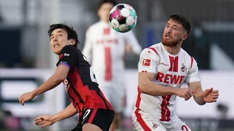 Der Frankfurter Makoto Hasebe (l) und Kölns Salih Özcan haben nur Augen für den Ball.  Foto: dpa