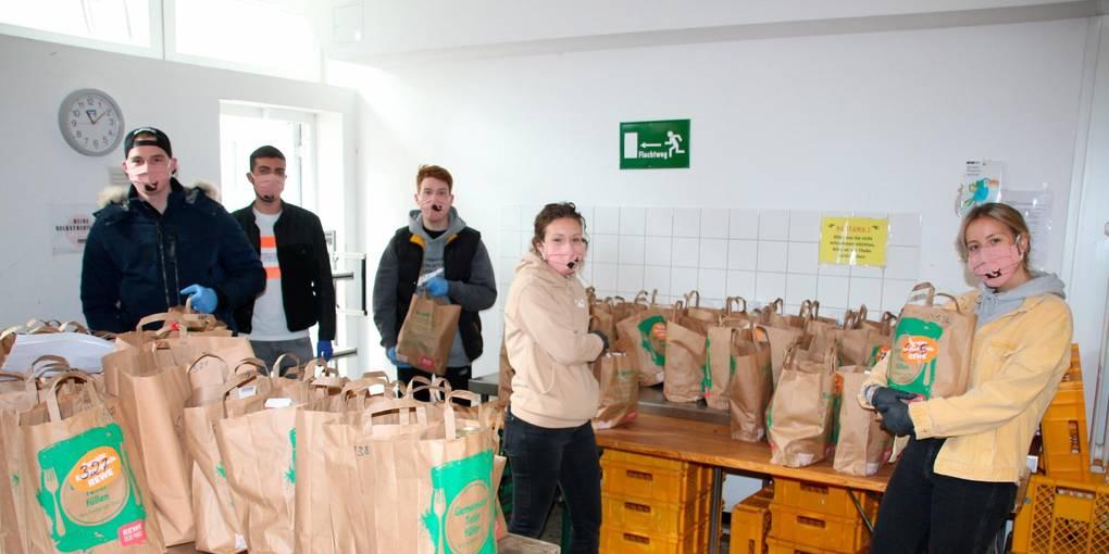 Die Mitglieder der Burschenschaft Balbach und die Balbinen haben den Tafel-Mitarbeitern die Arbeit abgenommen und Lebensmitteltüten ausgegeben. Foto: Sascha Valentin