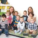 """Kerstin Pilgrim (hinten links) und Angela Mena Baltanas Neiva mit """"ihren"""" Kindern. Foto: Jürgen Kunert"""