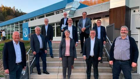 Der neue Gemeindevorstand von Dautphetal (v.l.): Bürgermeister Bernd Schmidt (FW), Wolfgang Schöbener (FW), Dieter Geßner (SPD), Arno Bernhardt (CDU), Albrecht Trenker (FW), Monika Heuser-Fischbach (SPD), Klaus Ronzheimer (FW), Lars Kolbe (CDU), Rudi Kohlberger (SPD) und Helmut Schneider (CDU).   Foto: Markus Engelhardt