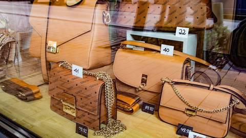 Der groß-Gerauer Einzelhandel appelliert an die Politik, auch bei höheren Inzidenzen den Einkauf zu ermöglichen.  Foto: Vollformat/Volker Dziemballa