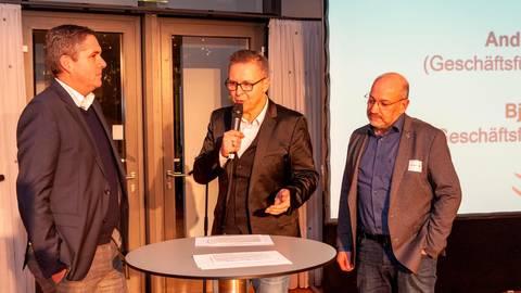 Zeigen eine klare Haltung: Geschäftsführer Björn Seipp (l.) von der HSG Wetzlar und Andreas Joneck (r.), Manager des RSV Lahn-Dill. Foto: Michael Schepp