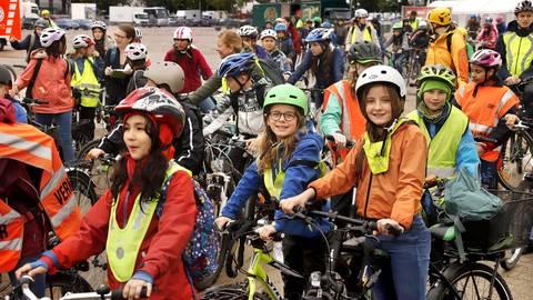 Ausgestattet mit Helmen und Warnwesten treffen sich die Teilnehmer auf dem Messplatz. Foto: Andreas Kelm