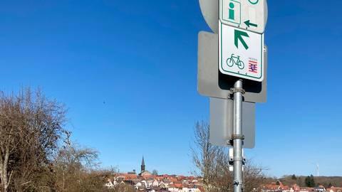 Grünberg (im Hintergrund) ist eine von fünf Modellkommunen, in der demnächst das innerörtliche Radwegenetz analysiert wird. Denn aktuell endet am jeweiligen Ortsschild die überregionale Radverkehrsplanung und damit nicht selten auch der sonst gut ausgeschilderte Radweg.  Foto: Landkreis Gießen