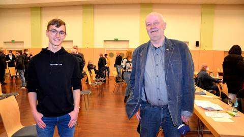 Jung und Alt im Gespräch: Julian Pérez Gregorio von den Grünen mit dem Linken Karl-Heinz Haas.  Foto: Ihm-Fahle
