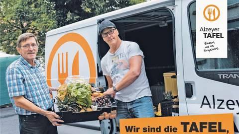Norbert Frank (l.) und Uwe Siebert packen ehrenamtlich beim Transport der Lebensmittel zu – und finden sich nun auf dem Werbebanner wieder. Foto: Tafel  Foto: Tafel