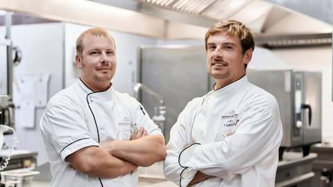 Marc (l.) und Florian Lambrich haben sich ein attraktives Winterprogramm für ihr Hotel und Restaurant ausgedacht. Foto: Christine Tscherner