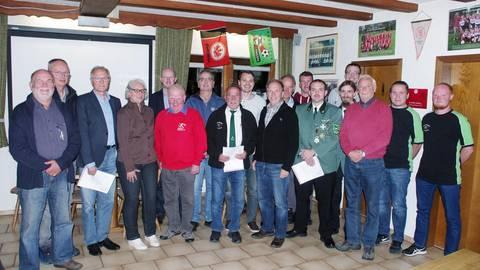 Die Vertreter von Elf Sportvereinen im Vogelsbergkreis nehmen ihre Förderbescheide in Brauerschwend entgegen. Foto: Massier
