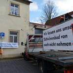 Rund um das Wahllokal hatten die Bosenheimer Bürger Kampfansagen platziert. Foto: Heidi Sturm