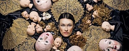 Eingezwängt von allen Seiten: Szene mit Nadja Stefanoff in der Hauptrolle. Foto: Staatstheater/Andreas Etter