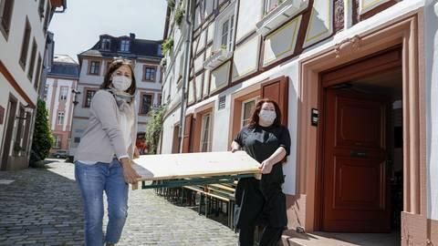 Den offenen Brief unterzeichnet hat auch Murielle Stadelmann (re.) vom Weinhaus Bluhm in der Mainzer Altstadt, hier mit Mitarbeiterin Manuela Schottler. Archivfoto: Harald Kaster