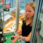 Flaute am Fließband: Schülerjobs in der Fabrik sind selten geworden. Ein Grund sind steigende Anforderungen an die Qualifikation. Ralf Fischer von der Arbeitsagentur Limburg-Weilburg gibt Tipps, wo es die besten Chancen gibt und sagt, was Schüler im Durchschnitt verdienen können. Foto: VW/dpa