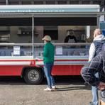 Der Nächste, bitte! Bei Fischmaster gibt es momentan Leckereien aus dem Imbisswagen. Foto: Vollformat/Volker Dziemballa