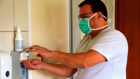 Schon vor der Krise waren Hygienemaßnahmen in der Hausarztpraxis von Peter Franz ein hohes Gut. Jetzt allerdings zählen sie mehr denn je. Dabei ist der Mundschutz ein Utensil, das der Allgemeinmediziner auch ganz bewusst mal zur Seite legt.  Foto: Manuela Jung