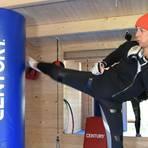 """In ihrem """"Dojo"""", einem hölzernen Trainingshaus am Waldrand von Daxweiler, erteilt Karate-Lehrerin Christine Moosherr gelegentlich Einzelunterricht oder zeichnet ihre Unterrichtsvideos auf. Foto: Norbert Krupp"""